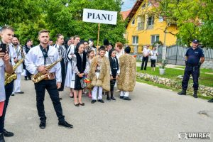 fii-satului-pianu25